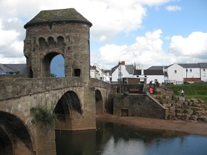 Gatehouse_on_Monnow_Bridge_-_geograph.org.uk_-_1241351